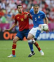 FUSSBALL  EUROPAMEISTERSCHAFT 2012   VORRUNDE Spanien - Italien            10.06.2012 Sergio Busquets (li, Spanien) gegen Thiago Motta (re, Italien)