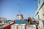 le 4 mai 2017, déchargement de la cargaison d'un navire hauturier aprés deux semaines passées en mer. La cargaison sere vendue à la criée le lendemain matin. la capacité des cales ces navies est de 15 tonnes environ.