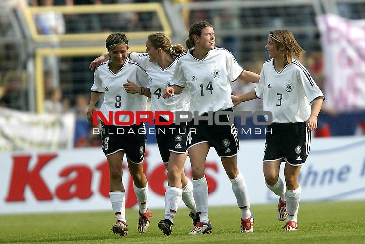 EM Qualifikation 2005 - Frauen Nationalmannschaft<br /> <br /> Deutschland vs. Ukraine<br /> <br /> Jubel bei Sandra Smisek, Britta Carlson, Isabell Bachor und Sarah Guenther (v.l.n.r.:) von Deutschland nach dem Tor zum 2:0 durch Isabell Bachor.<br /> <br /> Foto &copy; nordphoto - Ruediger Lampe<br /> <br /> <br /> <br /> <br /> <br /> <br /> <br />  *** Local Caption *** Foto ist honorarpflichtig! zzgl. gesetzl. MwSt.<br /> <br />  Belegexemplar erforderlich<br /> <br /> Adresse: nordphoto<br /> <br /> Georg-Reinke-Strasse 1<br /> <br /> 49377 Vechta