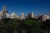 SAO PAULO, SP, 15 DE AGOSTO 2012 - CLIMA TEMPO - Ceu azul e visto da praca da Republica regiao central da capital paulista na manha dessa quarta-feira, 15.  No decorrer do dia, o sol brilha forte provocando a rápida elevação das temperaturas.  A máxima prevista é de 27ºC e não há expectativa de chuva. Com informacoes do CGE (Centro de Gerenciamento de Emergencias) FOTO VANESSA CARVALHO - BRAZIL PHOTO PRESS.