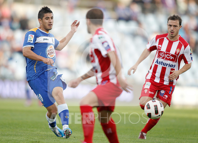 Getafe's Juan Albin against Sporting de Gijon's Cristian Portilla during La Liga match. October 24, 2010. (ALTERPHOTOS/Alvaro Hernandez)