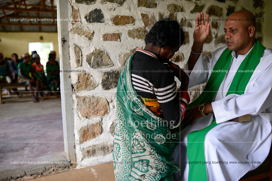 MADAGASCAR Mananjary, Vohilava, village Tanambao North, tribe Tanala, confession in church / MADAGASKAR Mananjary, Vohilava, Mission Walk, Dorf Tanambao Nord wo Menschen der Volksgruppe der Tanala leben, Sonntagsmesse in Kirche, Beichte
