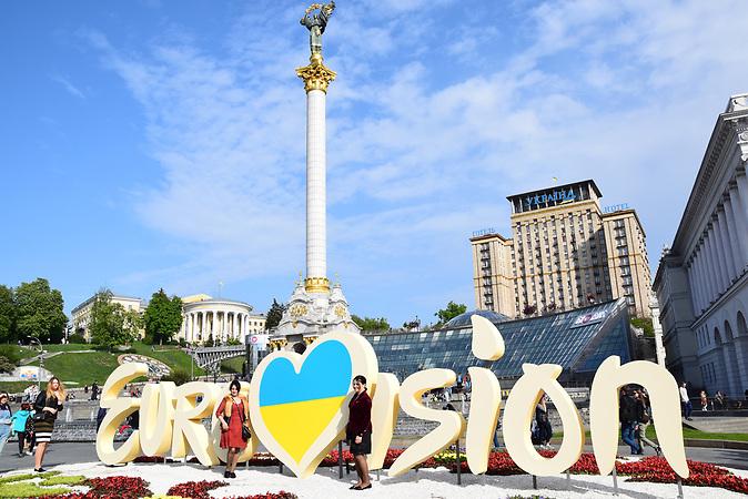 ESC Vorbericht <br />Ein paar Tage bevor die Innenstadt von den aus ganz Europa herbeiströmenden Gästen eingenommen wird, nutzen viele Ukrainer und Ukrainerinnen noch schnell die Gelegenheit, um ein Erinnerungsbild zu machen.