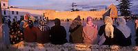 Afrique/Maghreb/Maroc/FEssaouira: Femmes et enfants devant les remparts