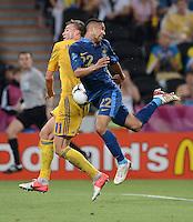 FUSSBALL  EUROPAMEISTERSCHAFT 2012   VORRUNDE Ukraine - Frankreich               15.06.2012 Andriy Yarmolenko (li, Ukraine) gegen Gael Clichy (re, Frankreich)