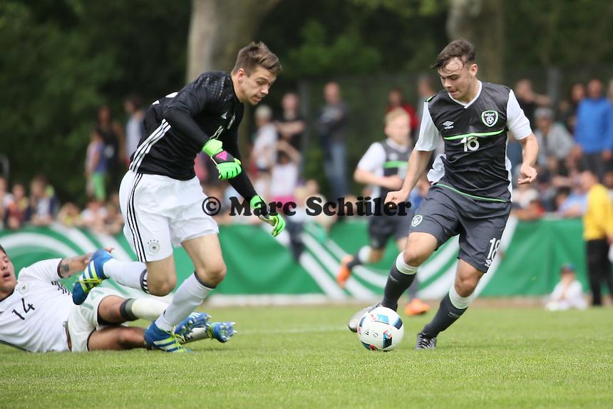 Nino Miotke (D) und Torwart Phillip Menzel verschätzen sich gegen Jamie Aherne (IRL) - Deutschland vs. Irland, U18-Freundschaftsspiel, Stadion am Sommerdamm, Rüsselsheim