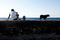 Havana_Cuba, 16 de Maio de 2011..El Malecon, avenida litoranea que circula a cidade de Havana e possui um muro que protege contra o mar..Foto: LEO DRUMOND / NITRO