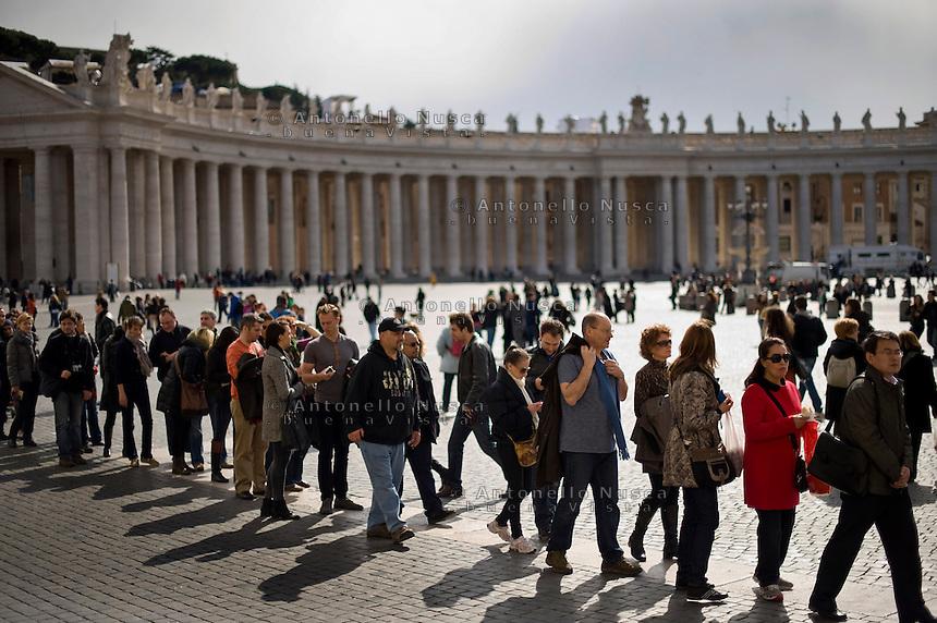 Roma, 02 Marzo, 2013. Il Vaticano si prepara ad organizzare il grande evento del conclave che porterà alla elezione del nuovo Papa. Gente in fila per entrare nella Basilica di San Pietro.