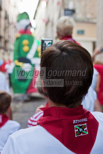 Europe/France/Aquitaine/64/Pyrénées-Atlantiques/Pays-Basque/Bayonne:Lors des Fêtes de Bayonne, Le défilé des géants - Enfants aux couleurs basques