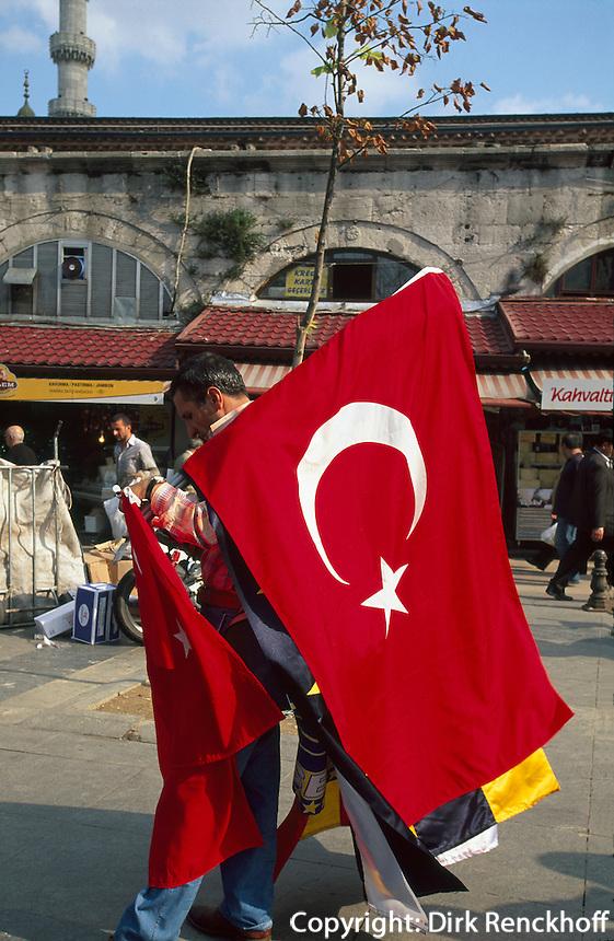 Türkei, Fahnenverkäufer beim ägyptischen Basar (Misir Carsi) in Istanbul