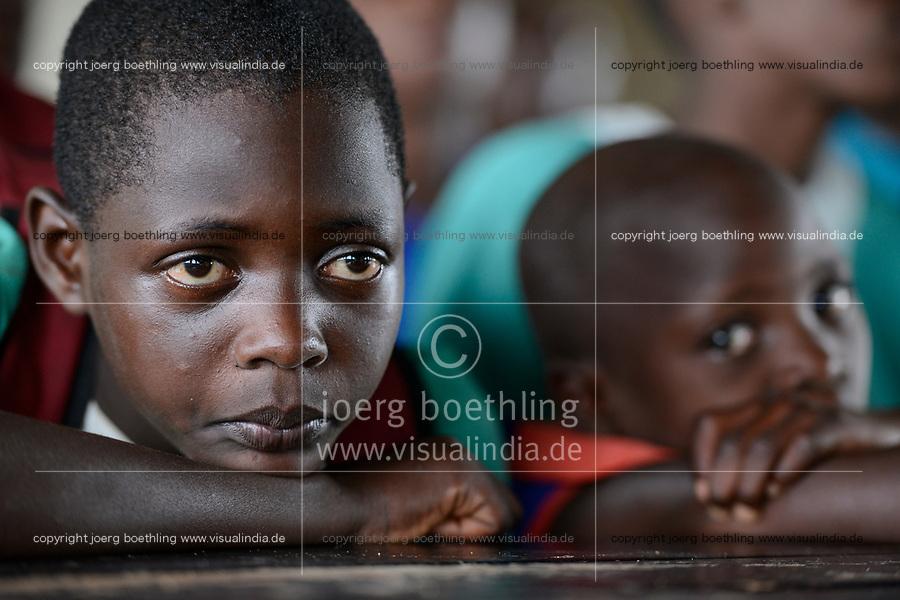 UGANDA, Kampala, Kampiringisa, national rehabilitation center, a juvenile-detention facility for children and young people  / Jugendhaftanstalt und Rehabilitationszentrum Kampiringisa, Jugendliche im Speisesaal
