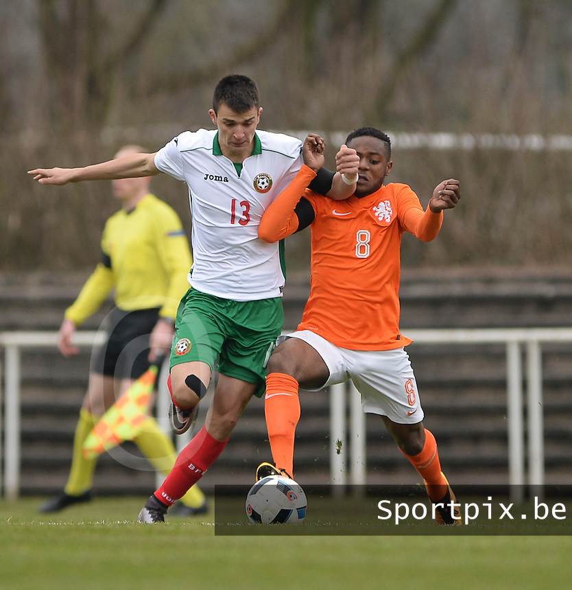 20160324 - Buderich , GERMANY : Dutch Leandro Fernandes (R) and Bulgarian Kaloyan Krastev (L) pictured during the soccer match between the under 17 teams of The Netherlands and Bulgaria , on the first matchday in group 4 of the UEFA Under17 Elite rounds in Buderich , Germany. Thursday 24th March 2016 . PHOTO DAVID CATRY