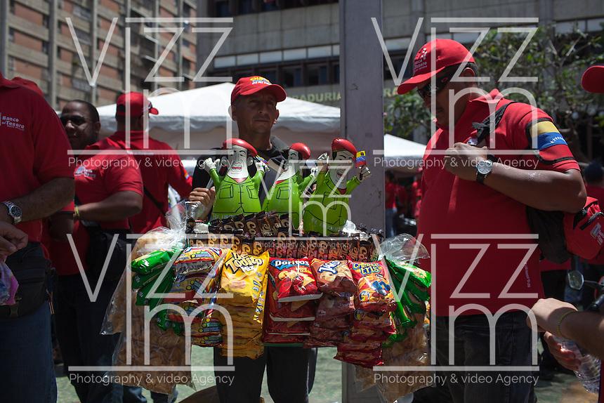 CARACAS - VENEZUELA 08-03-2013, Un hombre vende dulces e imágenes de Chávez durante el funeral de estado. El lider y  presidente de Venezuela, Hugo Chávez Frías, falleció el pasado martes 5 de marzo de 2013 a causa de un cancer a la edad de 58 años./ A man sells candies and Chavez images during th state funeal. The leader and president of Venezuela, Hugo Chavez Frias who died by cancer the past March 5th of 2013 at the age of 58. Photo: VizzorImage / CONT