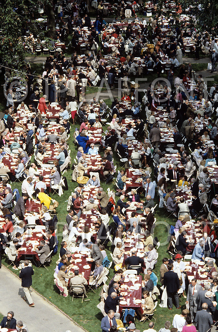 Cambridge, MA, September 7 1986. 350th anniversary celebration at Harvard University. Outside dinner for Faculty members and students. - Harvard University, established in 1636, is the oldest institution of higher learning in the United States. Harvard's history, influence, and wealth have made it one of the most prestigious universities in the world.