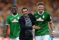 FUSSBALL   1. BUNDESLIGA   SAISON 2013/2014   1. SPIELTAG Eintracht Braunschweig - Werder Bremen             10.08.2013 Trainer Robin Dutt (li) freut sich nach dem Abpfiff mit Sebastian Proedl (re, beide SV Werder Bremen)