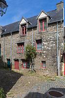 France, Bretagne, (29), Finistère,  Pont-Croix:  Grande Rue Chère, Ruelle  pavée dévalant en escalier vers la rivière,