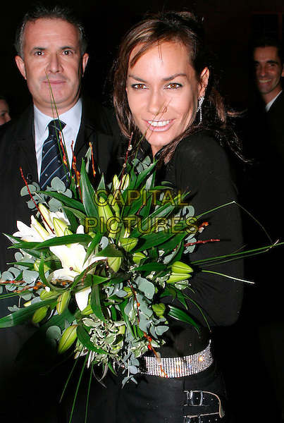 TARA PALMER TOMKINSON.lights the first ever Christmas tree at the Renaissance Chancery Court hotel.19/11/2003.flowers, bouquet.www.capitalpictures.com.sales@capitalpictures.com.© Capital Pictures.