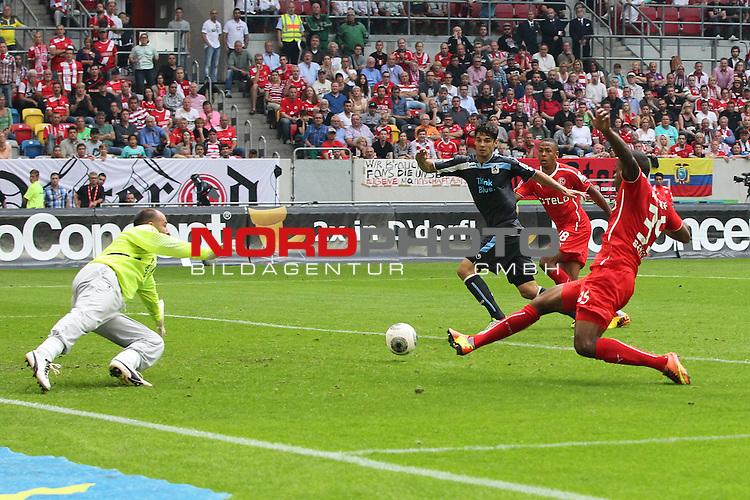 09.08.2013, Espirt Arena, Duesseldorf, GER, 2. FBL, Fortuna D&uuml;sseldorf vs TSV 1860 Muenchen, im Bild<br /> Charlison Benschop (Duesseldorf #35) verpasst den Ball gegen Gabor Kirly (Torwart Muenchen). Er ist danach so sauer, dass er ein St&uuml;ck Rasen anschreit und dann weg wirft<br /> <br /> Foto &copy; nph / Mueller       *** Local Caption ***