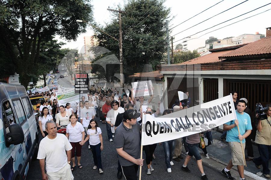 SAO BERNARDO DO CAMPO, SP, 30 de Abril 2013 - Amigos e familiares de Cinthya realiza um protesto na Rua Copacabana em Sao Bernardo do Campo,  (FOTO: ADRIANO LIMA / BRAZIL PHOTO PRESS).