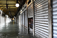 191116 -- VENICE, Nov. 16, 2019 -- Shops are closed due to the flood in Venice, Italy, Nov. 15, 2019. The Italian government declared a state of emergency in Venice, after the ancient lagoon city was severely flooded earlier this week, Prime Minister Giuseppe Conte said on Thursday. At least two people died and severe damages were registered in Italy s lagoon city of Venice, following the highest water tide since 1960s, local authorities said on Wednesday. Photo by Alberto Lingria/Xinhua ITALY-VENICE-FLOOD ChengxTingting PUBLICATIONxNOTxINxCHN<br /> Foto Alberto Lingria/Xinhua/Imago/Insidefoto