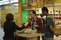 SAO PAULO, 05 DE JUNHO DE 2013 - DIA DO MEIO AMBIENTE - SAO PAULO - Uma floresta artificial foi montada no Conjunto Nacional, na Avenida Paulista, na tarde desta quarta feira, 05, dia do meio Ambientee. Mudas de arvores estão sendo distribuidas no local. (FOTO: ALEXANDRE MOREIRA / BRAZIL PHOTO PRESS)
