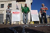 SÃO PAULO, SP, 02.07.2016 - PROTESTO-SP- Começou com a iniciativa de apenas um taxista e agora já são três acorrentados a um poste de luz em frente à Prefeitura de São Paulo, no Viaduto do Chá, neste sábado (2). De acordo com o vereador Adilson Amadeu (PTB), o taxista, chamado Anselmo, promete permanecer no local até que uma comissão de motoristas de táxi seja recebida pelo prefeito Fernando Haddad (PT) para discutir a regulamentação de aplicativos de carona como o Uber.(Foto: Adailton Damasceno/Brazil Photo Press)