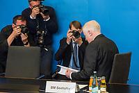 Vorstellung des &quot;Masterplan Migration&quot; des Bundesminister des Innern, fuer Bau und Heimat, Horst Seehofer (CSU), am Dienstag den 10. Juli 2018.<br /> Im Bild: Ein Fotojournalist hat Minister Seehofer gebeten fuer ein Foto so zu tun, als ob er im &quot;Masterplan&quot; lesen wurde.<br /> 10.7.2018, Berlin<br /> Copyright: Christian-Ditsch.de<br /> [Inhaltsveraendernde Manipulation des Fotos nur nach ausdruecklicher Genehmigung des Fotografen. Vereinbarungen ueber Abtretung von Persoenlichkeitsrechten/Model Release der abgebildeten Person/Personen liegen nicht vor. NO MODEL RELEASE! Nur fuer Redaktionelle Zwecke. Don't publish without copyright Christian-Ditsch.de, Veroeffentlichung nur mit Fotografennennung, sowie gegen Honorar, MwSt. und Beleg. Konto: I N G - D i B a, IBAN DE58500105175400192269, BIC INGDDEFFXXX, Kontakt: post@christian-ditsch.de<br /> Bei der Bearbeitung der Dateiinformationen darf die Urheberkennzeichnung in den EXIF- und  IPTC-Daten nicht entfernt werden, diese sind in digitalen Medien nach &sect;95c UrhG rechtlich geschuetzt. Der Urhebervermerk wird gemaess &sect;13 UrhG verlangt.]