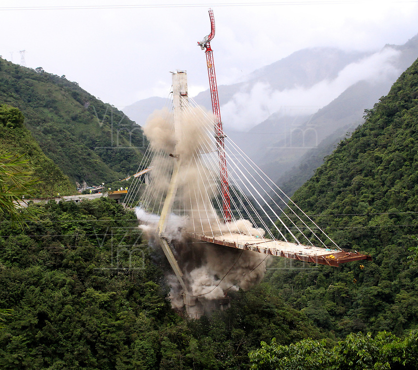 PUENTE DE CHIRAJARA - COLOMBIA, 11-07-2018:Implosión de la torre C , del colapsado puente de Chirajara donde murieron nueve trabajadores en el mes de enero  , Coviandes contrató a la firma Demoliciones Atila Implosión SAS, que empleó 200 kilos de explosivos marca Indugel , 3.000 metros de cordón detonante y 30 detonadores manipulados por 11 tecnicos en explosivos.Cuatro segundo duro la demolicion./Demolition of tower C of the collapsed bridge of Chirajara where nine workers died in the month of January, Coviandes hired Demoliciones Atila Implosión SAS, which used 200 kilos of Indugel brand explosives, 3,000 meters of detonating cord and 30 detonators manipulated by 11 technicians in explosives. Four second hard demolition. Photo: VizzorImage / Felipe Caicedo / Satff