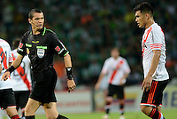 MEDELLÍN -COLOMBIA-03-12-2014. Ricardo Marques referee habla con Teofilo Gutierrez de River Plate durante pardito de ida entre Atlético Nacional de Colombia y River Plate de Argentina por la final en la Copa Total Sudamericana 2014 realizado en el estadio Atanasio Girardot de Medellín./ Ricardo Marques referee speaks with Teofilo Gutierrez player of River Plate during first leg match between Atletico Nacional of Colombia and River Plate of Argentina for the final of the Copa Total Sudamericana 2014 played at Atanasio Girardot stadium in Medellin. Photo: VizzorImage/Luis Ríos/STR
