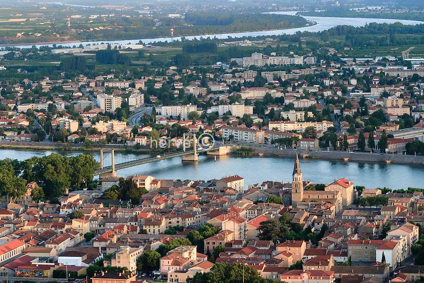France, Tain-l'Hermitage en premier plan, Tournon-sur-Rhône en Ardèche de l'autre côté du Rhône
