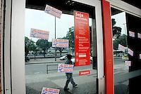 RIO DE JANEIRO, RJ, 07.05.2014 - GREVE SANTADER - Agencia no Santader amanhece fechada devido greve de vigilantes da agencia na Avenida Presidente Vargas no Rio de Janeiro, nesta quarta-feira, 07. (Foto: Marcus Victorio / Brazil Photo Press).