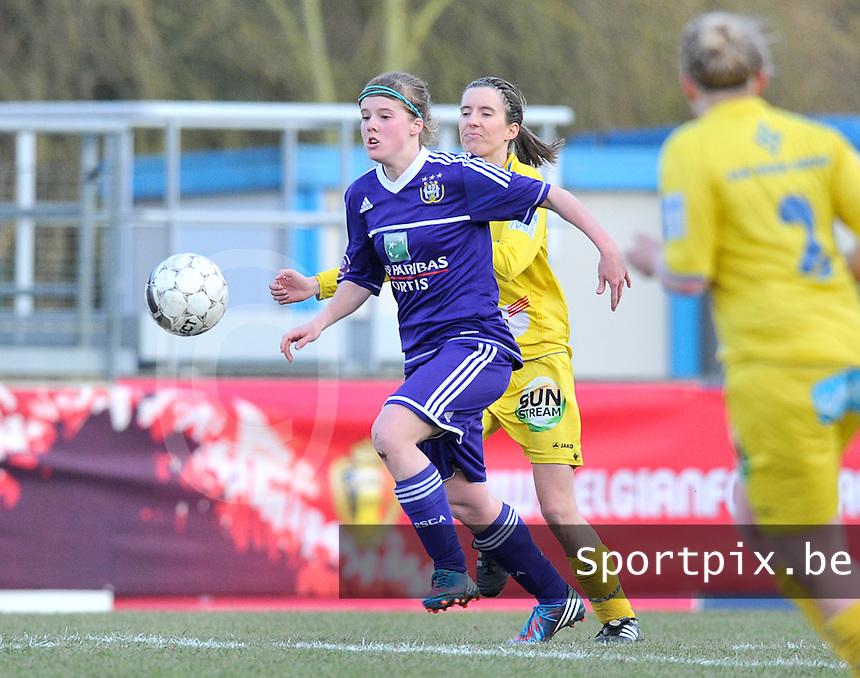 Waasland Beveren Sinaai Girls - RSC Anderlecht : Laura Deloose aan de bal voor Natalie Vanderstappen.foto DAVID CATRY / Nikonpro.be