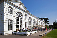 Grossbritannien, England, Kew: Stadtteil Londons im Stadtbezirk London Borough of Richmond upon Thames - die Orangerie mit Restaurant im Royal Botanic Gardens, inzwischen UNESCO Weltkulturerbe | United Kingdom, England, Greater London, Kew: district in the London Borough of Richmond upon Thames - The Orangery Restaurant at Royal Botanic Gardens, UNESCO World Heritage Site