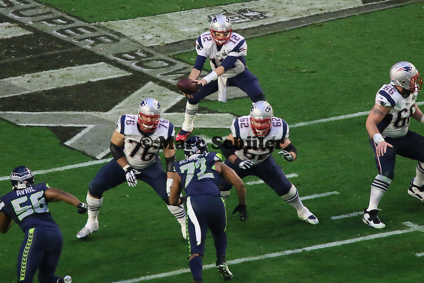 Sebastian Vollmer (76, Patriots) blockt DE Michael Bennett (72, Seahawks) und verschafft QB Tom Brady (12 Patriots) Zeit - Super Bowl XLIX, Seattle Seahawks vs. New England Patriots, University of Phoenix Stadium, Phoenix