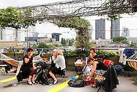 Nederland Rotterdam 2016 . De Rotterdamse Dakendagen. Mensen kunnen verschillende daken bezoeken. Terras op het dak van parking Westblaak. Foto Berlinda van Dam / Hollandse Hoogte