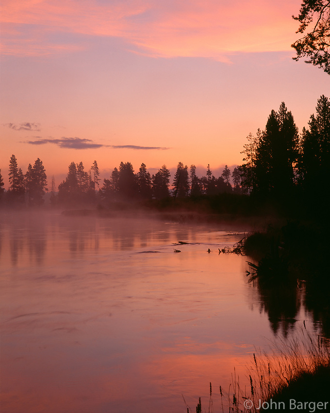 67ORCAC_026 - USA, Oregon, Deschutes National Forest, Fog hovers above the Deschutes River at sunrise.