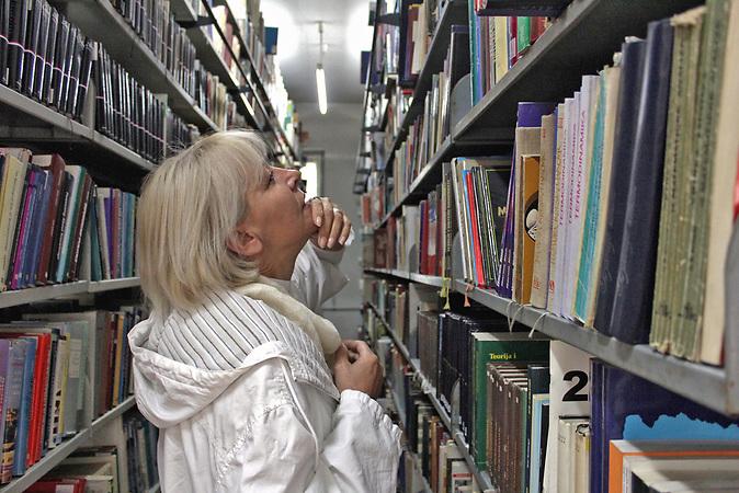 Die Bibliothekarin Bedita Islamovic im Lager der National- und Universitätsbibliothek Bosniens (NUB) in Sarajevo.