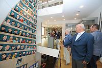 CULTUUR: SNEEK: 29-05-2015, Fries Scheepvaart Museum, onthulling portretten van ruim tachtig SKS skûtsjeschippers uit het vleugelklassement geschilderd op een oude witte fok van het Statenjacht door oud skûtsjschipper Anne Tjerkstra uit Goïngarijp, oud SKS schippers Wiemer Hoekstra en Jeen Zwaga bekijken het resultaat, ©foto Martin de Jong