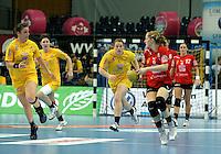 Handball Frauen / Damen  / women 1. Bundesliga - DHB - HC Leipzig : Frankfurter HC - im Bild: im Vorbeigehen - Ania Rösler und Maike Daniels bekamen hier gerade den Ball abgenommen . Foto: Norman Rembarz .
