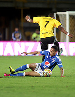 BOGOTA - COLOMBIA - 17 - 07 - 2016: Harrison Henao (Izq.) jugador de Millonarios disputa el balón con Jhoaho Hinestroza (Der.) jugador de Alianza Petrolera, durante partido de la fecha 4 entre Millonarios y Alianza Petrolera, de la Liga Aguila II-2016, jugado en el estadio Nemesio Camacho El Campin de la ciudad de Bogota.  / Harrison Henao (L) player of Millonarios vies for the ball with Jhoaho Hinestroza (R) player of Alianza Petrolera, during a match between Millonarios and Alianza Petrolera,  for the date 4 of the Liga Aguila II-2016 at the Nemesio Camacho El Campin Stadium in Bogota city, Photo: VizzorImage / Luis Ramirez / Staff.