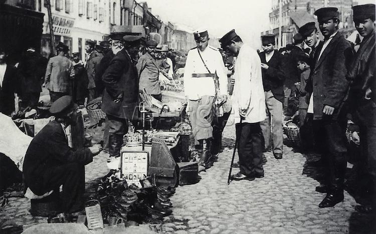 На Сухаревском рынке. Полицейские в одном из торговых рядов. Москва. 1900-е.