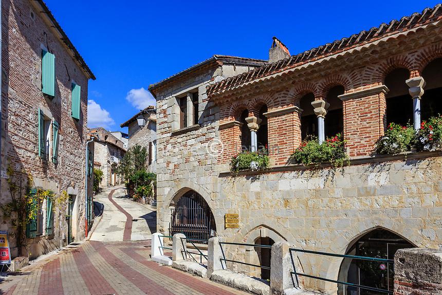 France, Lot-et-Garonne (47), Penne-d'Agenais, dans le village, à droite la mairie // France, Lot et Garonne, Penne d'Agenais, in the village, right Hall