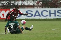 CURITIBA, PR, 23 DE OUTUBRO DE 2012 – ATLÉTICO-PR X GUARANI – Henrique, do Atlético-PR, e Schwenck, do Guarani, durante partida válida pela 32ª rodada da Série B do Campeonato Brasileiro 2012. O jogo aconteceu debaixo de chuva na tarde de terça (23), no Estádio Janguito Malucelli, o EcoEstádio, em Curitiba. (FOTO: ROBERTO DZIURA JR./ BRAZIL PHOTO PRESS)