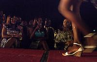 Kontrastprogramm zum Krieg im Ledger-Hotel in Bangui, Zentralafrikanische Republik. Models posieren bei einer Modenschau im Vorhof der 5-Sterne-Unterkunft