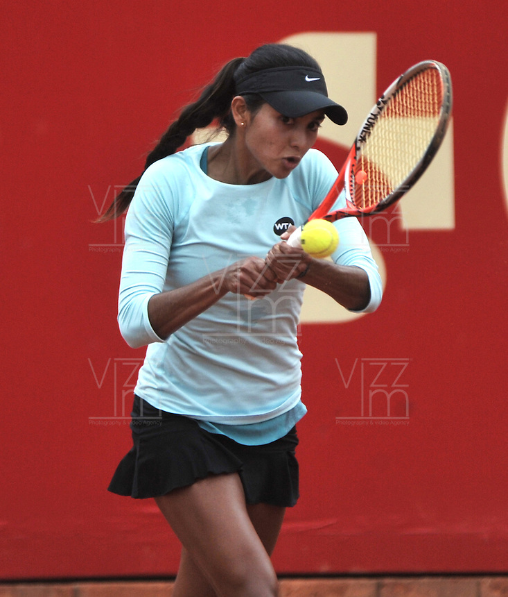 BOGOTA - COLOMBIA - 11-04-2016: Yuliana Lizarazo de Colombia, devuelve la bola a Sachia Veckery de Estados Unidos, durante partido por el Claro Colsanitas WTA, que se realiza en el Club El Rancho de Bogota. / Yuliana Lizarazo from Colombia returns the ball to Sachia Veckery from United States, during a match for the WTA Claro Colsanitas, which takes place at Club El Rancho de Bogota. Photo: VizzorImage / Luis Ramirez / Staff