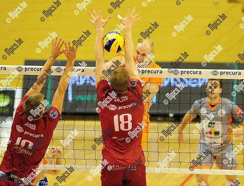 2014-10-29 / Volleybal / seizoen 2014-2015 / Topvolley Antwerpen - Asse-Lennik / Jasper Diefenbach (Asse-Lennik) smasht de bal tussen de armen van Colson<br /><br />Foto: mpics.be