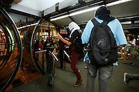 CURITIBA, PR,06.02.2017 – PROTESTO-PR – Manifestantes quebram estação tubo no centro de Curitiba, durante protesto contra o aumento da tarifa do transporte público de Curitiba (PR) na noite desta segunda feira (06).(Foto: Paulo Lisboa/Brazil Photo Press)