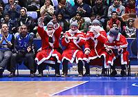 Als Weihnachtsmänner verkleidete Fans der Skyliners jubeln - 09.12.2017: Fraport Skyliners vs. Eisbären Bremerhaven, Fraport Arena Frankfurt
