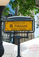 HUN, Ungarn, Budapest, Stadtteil Pest, Zentrum: U-Bahn, Heinweisschild am Voeroesmarty ter  | HUN, Hungary, Budapest, Pest District, centre: underground sign at Voeroesmarty Square