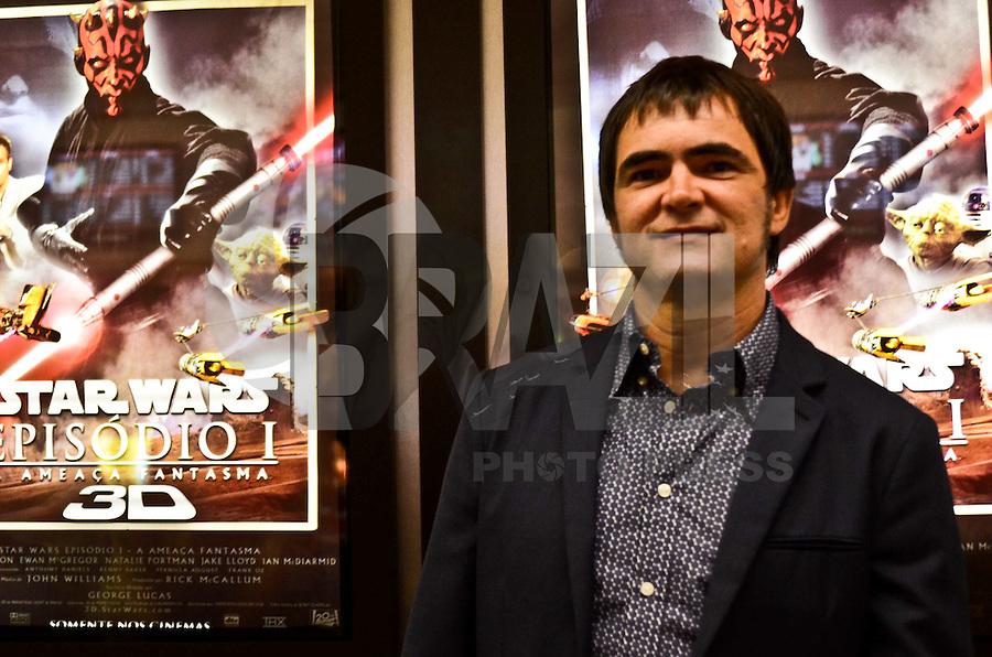 SÃO PAULO, SP, 07 DE FEVEREIRO DE 2012 - PRE ESTREIA STAR WARS 3D - Vocalista do Skank, Samuel Rosa, em pré-estréia do filme Star Wars Epidódio I 3D, no Cinemark do Shopping Eldorado, na zona sul da capital, na noite desta terça-feira. FOTO: ALEXANDRE MOREIRA - NEWS FREE.